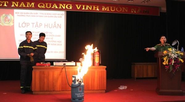 Khi bình gas rò khí bốc cháy, cần bình tĩnh sử dụng bình bọt phun, hoặc có thể dùng chăn ướt trùm vào
