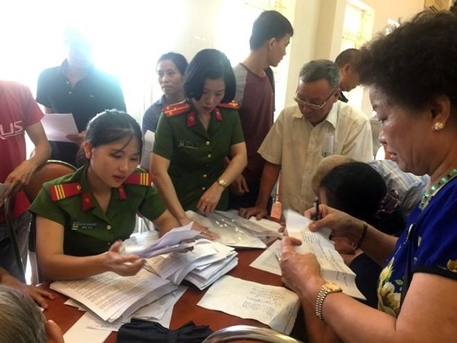 CAP Mai Dịch phối hợp với Cảnh sát PCCC - CAQ Cầu Giấy phát tờ rơi, tuyên truyền, ký cam kết cho người dân trên địa bàn những biện pháp đảm bảo an toàn, phòng ngừa cháy nổ