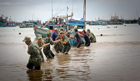 Lực lượng Quân đội tham gia giúp các ngư dân đưa tàu thuyền về nơi an toàn để tránh bão