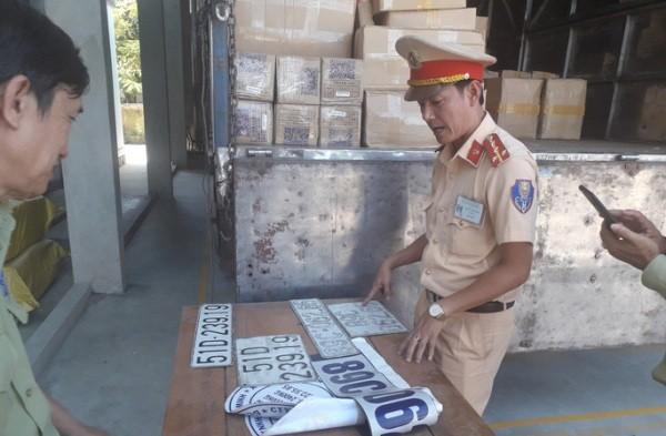 Lực lượng CSGT phát hiện và thu giữ nhiều BKS giả trên xe tải chở hàng lậu
