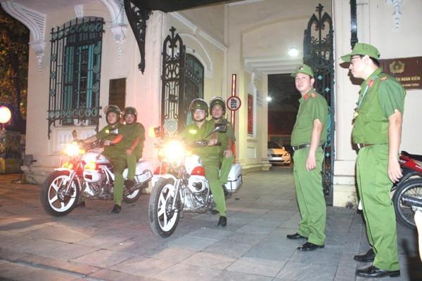 Lực lượng CSTT, CS113 có sự hỗ trợ của CSHS mật phục tuần tra phòng chống đua xe và cổ vũ đua xe trái phép trên địa bàn quận Hoàn Kiếm
