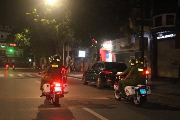 Các tổ tuần tra của CSTT, CS113 CAQ Hoàn Kiếm vẫn lặng thầm làm nhiệm vụ trong đêm vì bình yên Thủ đô