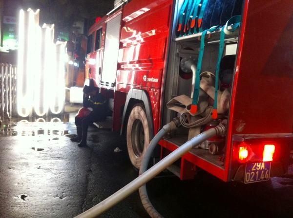 Cho đến 24h đêm, dù đám cháy đã được khống chế, dập tắt, nhưng CBCS và phương tiện tham gia chữa cháy vẫn ứng trực tại khu vực xảy cháy để tiếp tục làm nhiệm vụ khắc phục hậu quả