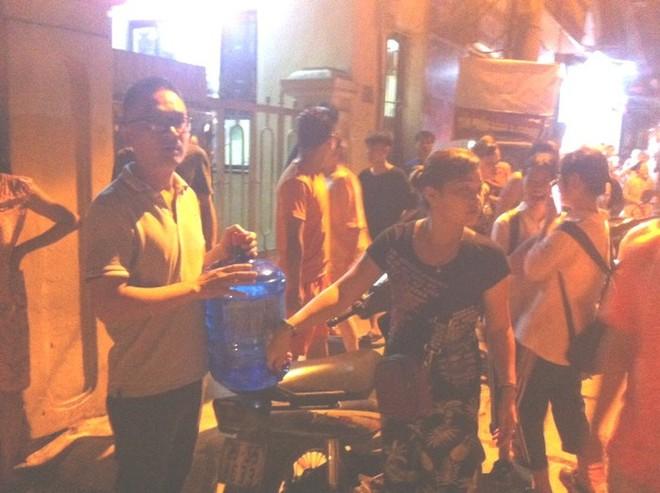 Người dân mang nước, bánh mỳ đến để cùng tiếp sức, hỗ trợ cho lực lượng Cảnh sát Phòng cháy chữa cháy dập tắt đám cháy