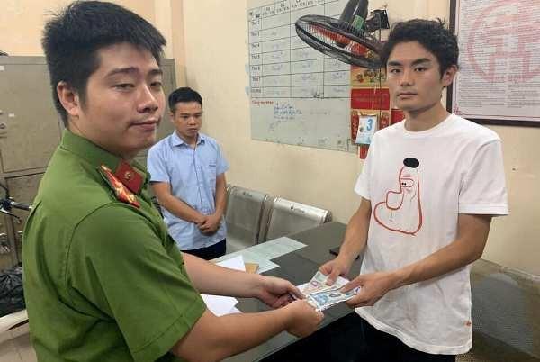 CAP Hàng Đào trao trả lại số tiền cho du khách Nhật Bản và lập hồ sơ xử lý lái xe vi phạm