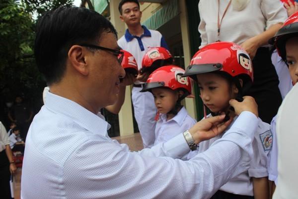 Việc tặng mũ bảo hiểm không những góp phần đảm bảo an toàn cho các học sinh, đồng thời truyền tải thông điệp xây dựng văn hóa giao thông đến toàn xã hội