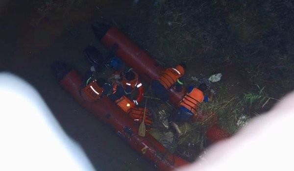 Lực lượng chức năng tiến hành tìm kiếm, đưa thi thể nạn nhân bị tử vong từ dưới sông Hồng lên bờ