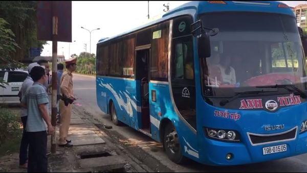 Đội CSGT số 9 cũng phát hiện và xử lý xe khách nhồi nhét khách qua tin báo của Trung tâm chỉ huy giao thông