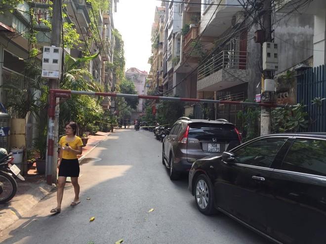 Lực lượng chức năng phong tỏa ngôi nhà khám nghiệm hiện trường, điều tra nguyên nhân vụ án mạng