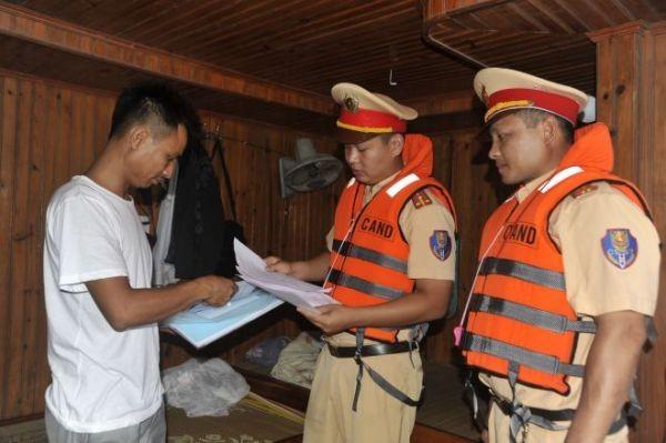 Lực lượng CSGT đường thủy tăng cường tuyên truyền các kiến thức pháp luật, Luật Giao thông đường thủy cho chủ tàu thuyền