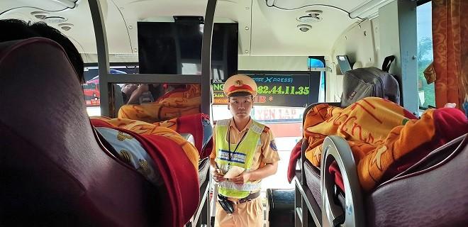 Lực lượng CSGT kiểm tra chặt và xử lý nghiêm các xe khách nhồi nhét khách hoạt động trên đường