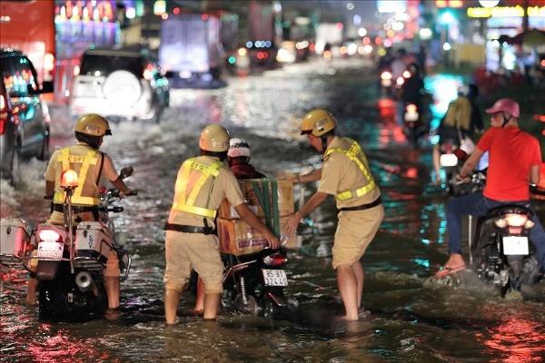 Lực lượng CSGT giúp nhân dân gặp khó khăn trên đường