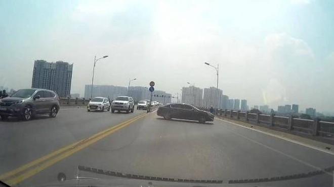 Nữ lái xe quay đầu ô tô trên cầu Vĩnh Tuy gây tai nạn liên hoàn, làm bức xúc dư luận
