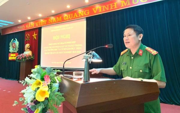 Đại tá Nguyễn Văn Viện - Phó Giám đốc CATP Hà Nội biểu dương CAQ Cầu Giấy đã chủ động, hiệu quả trong công tác tuyên truyền, đảm bảo TTATGT