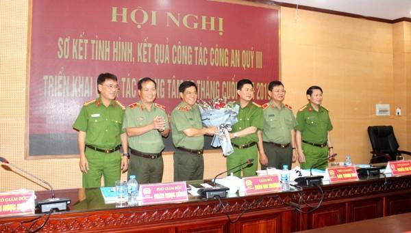 Trung tướng Đoàn Duy Khương và Đảng ủy Ban Giám đốc CATP Hà Nội tặng hoa chúc mừng Đại tá Nguyễn Tuấn Anh, nguyên phó Giám đốc CATP Hà Nội được bổ nhiệm là Cục trưởng Cục Cảnh sát PCCC, CHCN