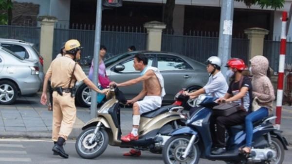 Vi phạm của những thanh - thiếu niên, người tham giai giao thông cố tình không đội mũ bảo hiểm, vượt đèn đỏ... là những chuyên đề trọng tâm được CSGT triển khai trong thời gian tới
