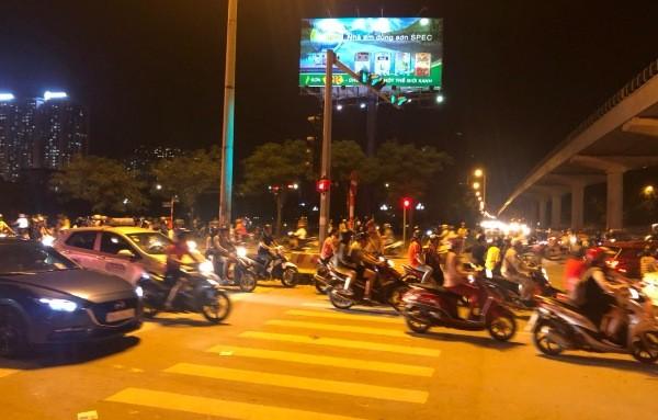 Sau trận đấu, người hâm mộ đổ về hồ Hoàn Kiếm mỗi lúc một đông