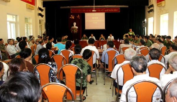 Ngay từ sáng sớm, hàng trăm người dân đã ngồi chật kín Nhà văn hóa UBND phường Mai Dịch để tham gia góp ý, đánh giá chất lượng CSKV cho CAP Mai Dịch