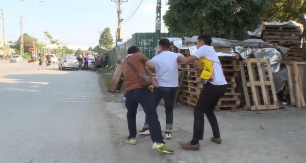 Hai trinh sát bắt giữ một đối tượng (giữa) trong ổ nhóm mua bán ma túy