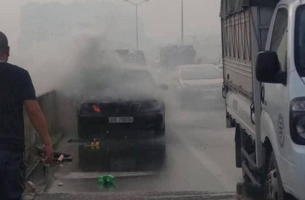 Hiện trường vụ cháy xe ô tô trên đường vành đai 3 trên cao