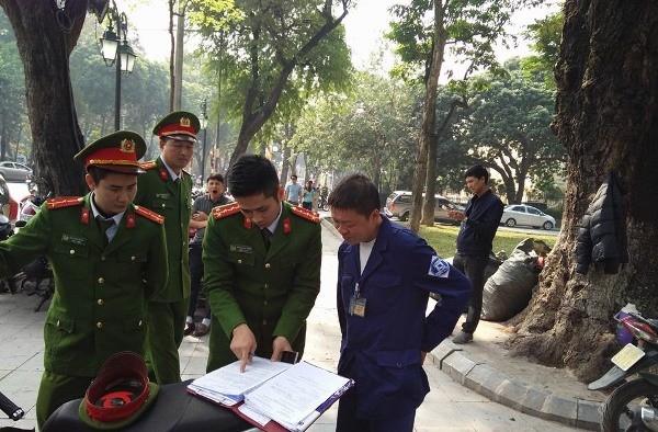 Đội Cảnh sát giao thông, trật tự của Công an quận Hoàn Kiếm tăng cường kiểm tra phòng ngừa những vi phạm liên quan đến các điểm trông giữ phương tiện