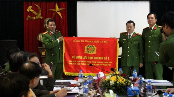 Các đơn vị Cụm trưởng, Cụm phó năm 2019 trao cờ luân lưu Cụm thi đua số 3 cho Cụm trưởng, Cụm phó năm 2020