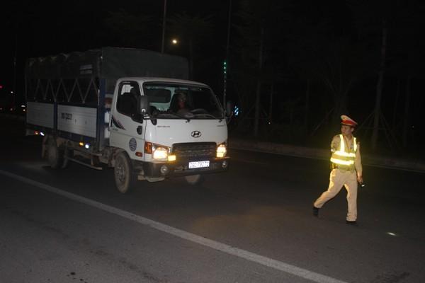 Đội Cảnh sát giao thông số 10 chủ động triển khai kế hoạch tăng cường kiểm tra xử lý xe quá tải, chở vật liệu xây dựng rơi vãi trên địa bàn