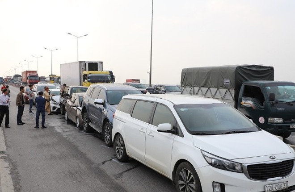 Hiện trường vụ tai nạn khiến cầu Thanh Trì bị ùn tắc nghiêm trọng