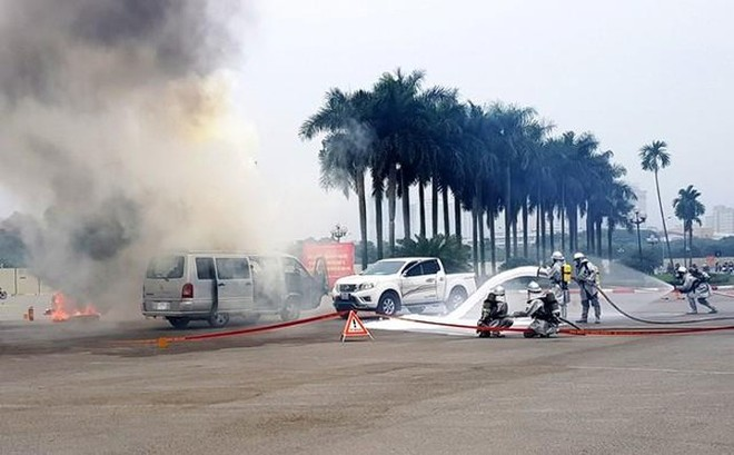 Các lực lượng cứu hỏa, Cảnh sát Phòng cháy chữa cháy...phun nước dập tắt đám cháy trong sự cố giả định
