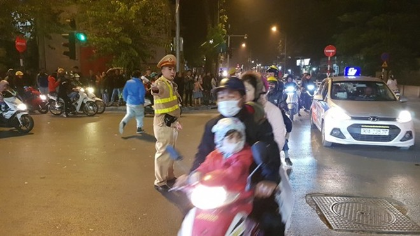 Các lực lượng của Công an thành phố thức trắng đêm đảm bảo bình yên cho đêm ăn mừng chiến thắng của người hâm mộ với đội tuyển U22 Việt Nam