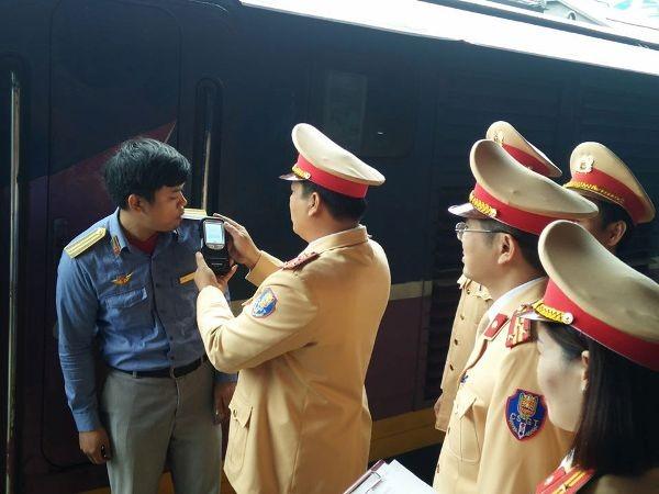 Lực lượng CSGT kiểm tra nồng độ cồn đối với các nhân viên đường sắt để đảm bảo ATGT