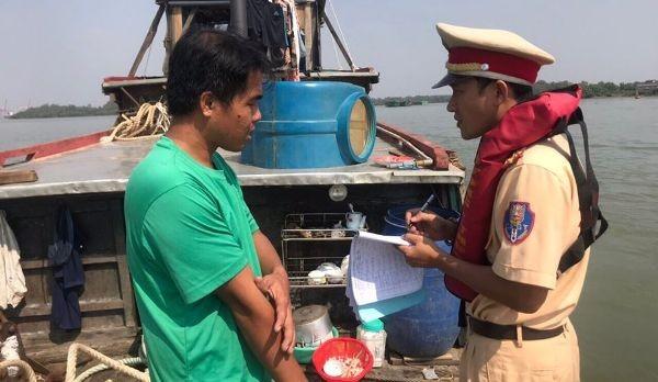 CSGT tuyên truyền nhắc nhở, đảm bảo ATGT đường thủy phòng ngừa tai nạn trong cao điểm