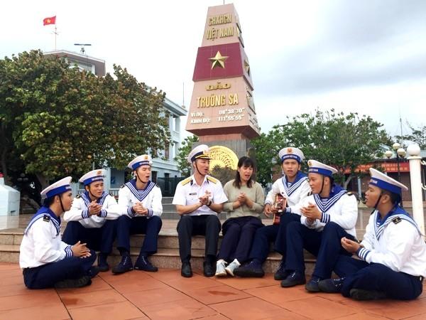 Tuyền ôm cây đàn ghi ta cùng đồng đội hát say sưa những bài hát về biển đảo Tổ quốc trước khi xuống tàu về đất liền