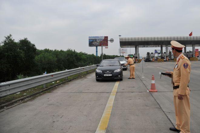 Lực lượng CSGT tăng cường kiểm tra xử lý những vi phạm liên quan đến người điều khiển phương tiện trên các tuyến cao tốc