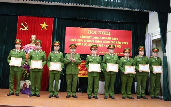 Đại tá Nguyễn Thanh Tùng, Phó Giám đốc CATP Hà Nội trao giấy khen cho các tập thể, cá nhân đạt thành tích