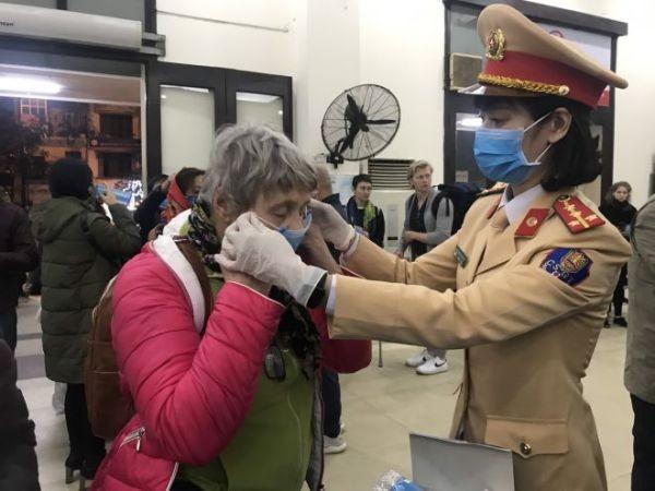CSGT tặng và hướng dẫn du khách nước ngoài đeo khẩu trang phòng dịch tại các nhà ga, bến xe