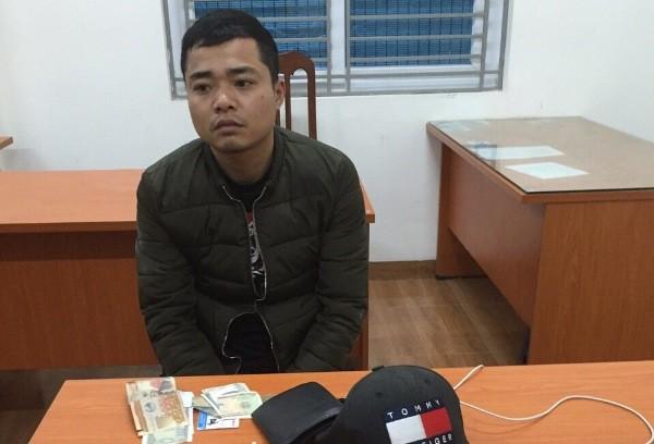 Đối tượng Trịnh Văn Hòa bị CSGT đưa về CAP Phú Lương xử lý
