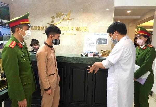 Nhân viên y tế hướng dẫn các biện pháp đảm bảo an toàn như rửa tay khô, dùng khẩu trang