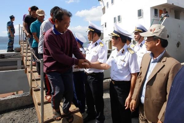 Vùng 4 Hải quân đưa các ngư dân gặp nạn trên biển về đất liền an toàn