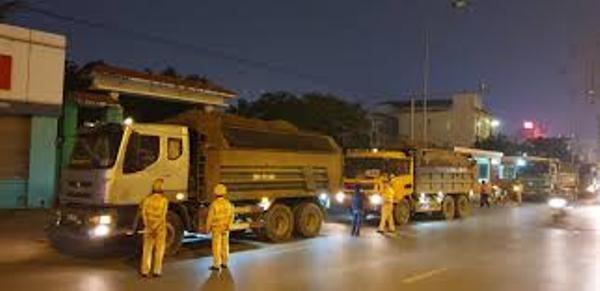 CSGT tăng cường xử lý xe tải hoạt động quá giờ, sai giờ, không đúng tuyến đường quy định