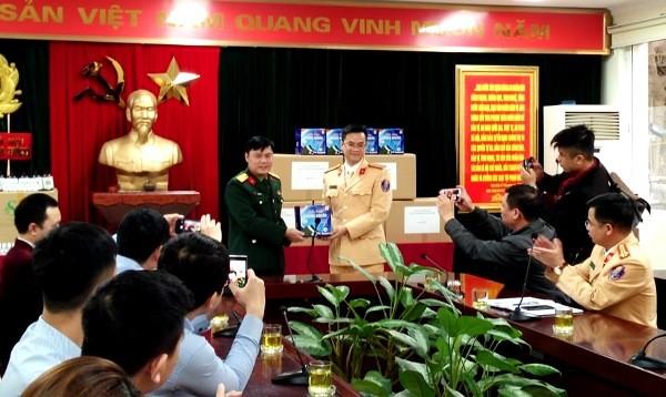 Đại diện Công ty X20 trao 10 nghìn khẩu trang cho Phòng CSGT, CATP Hà Nội