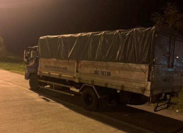 Xe tải vi phạm bị CSGT xử phạt vì đi ngược chiều trên cao tốc