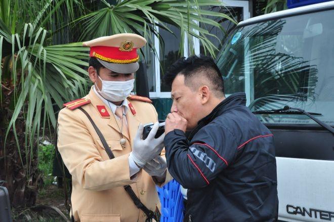 Lực lượng CSGT tăng cường kiểm tra nồng độ cồn của lái xe