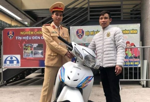 CSGT bàn giao chiếc xe máy cho anh Nam trong niềm vui mừng của chủ sở hữu