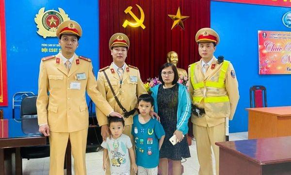 Hai cháu bé đi lạc được CSGT Thủ đô phát hiện, đưa về đơn vị và mời gia đình đón về