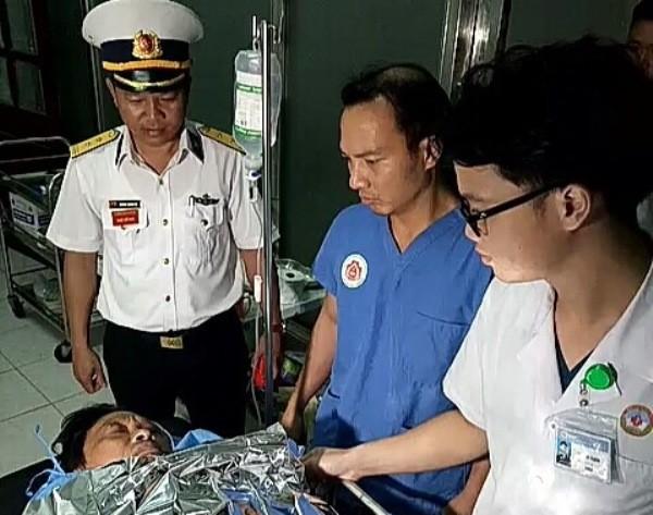 Ngư dân Tẩn được bộ đội đưa từ đảo về đất liền để cứu chữa