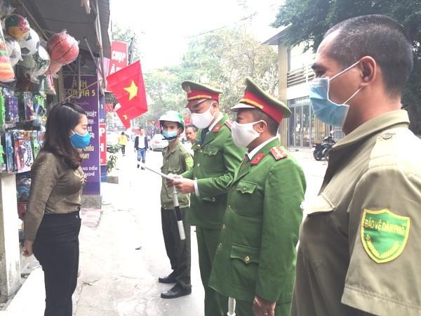 CAP Mai Dịch tuyên truyền nhắc nhở nhân dân trên địa bàn thực hiện nghiêm những quy định đảm bảo TTĐT, giữ gìn vệ sinh môi trường