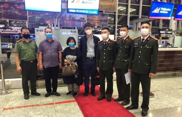 CAQ Cầu Giấy phối hợp với các đơn vị chức năng bàn giao đối tượng trốn truy nã người Hàn Quốc cho đại diện Cảnh sát Hàn Quốc