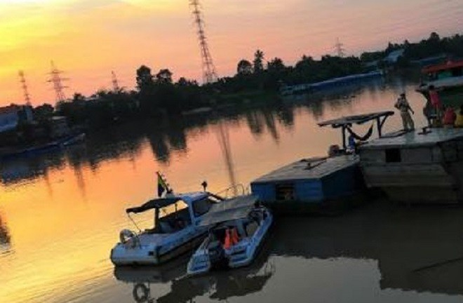 Các đối tượng khai thác cát trái phép vứt bỏ lại phương tiện, bơi lặn trên sông để thoát khỏi sự kiểm tra của CSGT