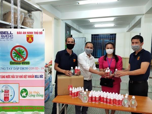 Cùng với CAP Trúc Bạch, Báo ANTĐ cũng trao tặng hàng trăm lọ nước rửa tay đến UBND phường Trúc Bạch và những người dân sinh sống ở khu vực cách ly phòng dịch